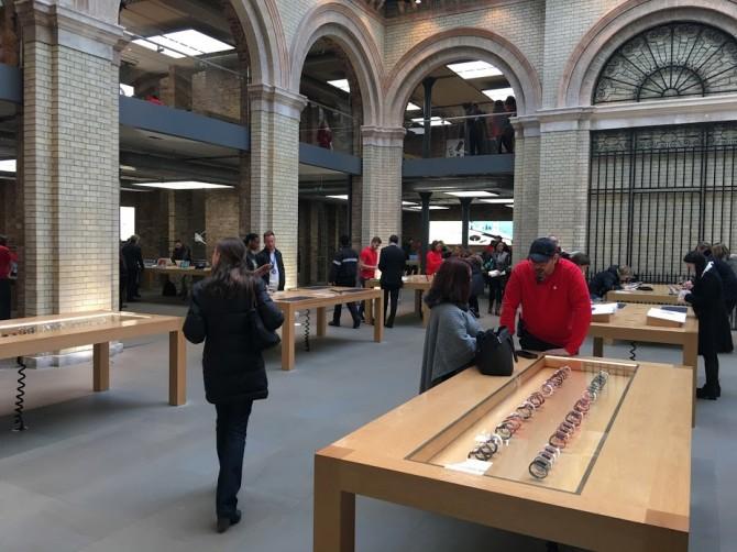 개인적으로 가장 좋아하는 런던의 코벤트 가든 애플스토어다. 애플과 런던의 분위기가 묘하게 섞여 있는 공간이다. - 최호섭 제공